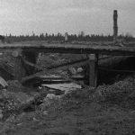 Törmän Kruununojansilta 1944. Taustalla Vittaniemen talon rauniot. Kruununojalle päättyi Saksalaisten Liedakkalassa aloittama rakennusten polttaminen.